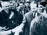 A. Dubcek saludado por la multitud, antes de la invasión de Checoslovaquia